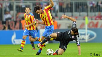 FC Bayern Munich's Claudio Pizarro of Italy, right, challenges FC Valencia's Tino Costa for the ball during the Group F Champions League soccer match and in Munich, southern Germany, on Wednesday, Sept. 19, 2012. (Foto: Kerstin Joensson/AP/dapd)