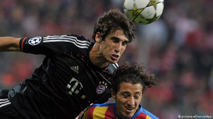 Munichs Javier Martinez (L) and Andres Guardado of Valencia vie for the ball during the UEFA Champions League group F soccer match between Bayern Munich and Valencia CF at Fußball Arena München in Munich, Germany, 19 September 2012. Photo: Peter Kneffel/dpa