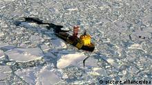 ARCHIV - Der Eisbrecher Vidar Viking Mar ist rund 250 Kilometer vom Nordpol entfernt im Einsatz, um Ablagerungen am Grund des Arktischen Ozeans zu untersuchen. Die fünf Anrainerstaaten der Arktis wollen ab Dienstag (27.05.2008) bei einem zweitägigem Außenministertreffen im grönländischen Ilulissat ihre umstrittenen Gebietsansprüche am Nordpol diskutieren. Die Polarregion ist wegen gigantischer Bodenschätze und deren Erschließungsmöglichkeit infolge des Klimawandels zu einem wirtschaftlich attraktiven Gebiet geworden. Neben Dänemark und Norwegen streiten auch Russland sowie Kanada und die USA um Territorialansprüche am Nordpol. Foto: M. Jakobssohn/IODP +++(c) dpa - Bildfunk+++