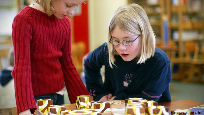 Two pupils at a Montessori primary school in Germany (picture-alliance/dpa)