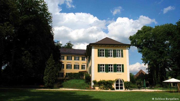 Bild 3: eine Außenaufnahme des Schloss Burgellern, copyright: Schloss Burgellern Seit ca. 1994 stand das Schloss Burgellern leer und verfiel zusehend. Der Park ist in seiner ursprünglichen Version nur noch mit viel Phantasie erkennbar. Im Juni 2005 wurde das Schloss von der Familie Kastner aus Bayreuth erworben und seitdem zu einem Hotel und Gastronomiebetrieb umgebaut.