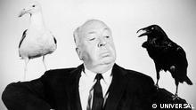 Werbefoto zu AHs Die Vögel Werbefoto zu Alfred Hitchcock Die Vögel Die Vögel (Originaltitel: The Birds) ist ein Spielfilm von Alfred Hitchcock aus dem Jahr 1963, der auf der gleichnamigen Kurzgeschichte der englischen Schriftstellerin Daphne du Maurier von 1952 basiert. Der Film gilt als Klassiker des Horrorfilms. Der amerikanische Kinostart war am 28. März 1963, der deutsche Kinostart am 20. September 1963. Der Film markiert nach Der unsichtbare Dritte (1959) und Psycho (1960) einen weiteren Höhepunkt in Hitchcocks Spätwerk.