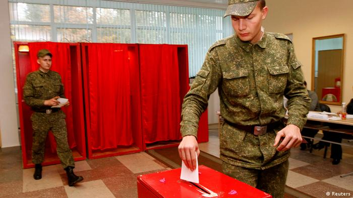 Soldiers cast their ballots during early voting for Belarus' parliamentary election in Minsk September 19, 2012. The parliamentary election in Belarus will be held on Sunday. REUTERS/Vasily Fedosenko (BELARUS - Tags: POLITICS ELECTIONS)