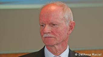 Ο ομότιμος καθηγητής Πολιτικής Επιστήμης του Πανεπιστημίου Ντούισμπουργκ-Έσσεν Χάιντς Γιούργκεν Αξτ θεωρείται άριστος γνώστης της ελληνικής πολιτικής κουλτούρας