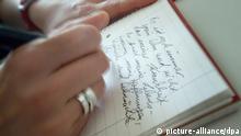 Symbolbild - Schreiben - Schreibschrift - Notizen - Tagebuch - Eine Frau schreibt ihre Gedanken und Gefühle in einen Schreibblock. Aufnahme vom 05.07.2006. Foto: Kai-Uwe Heinrich +++(c) dpa - Report+++