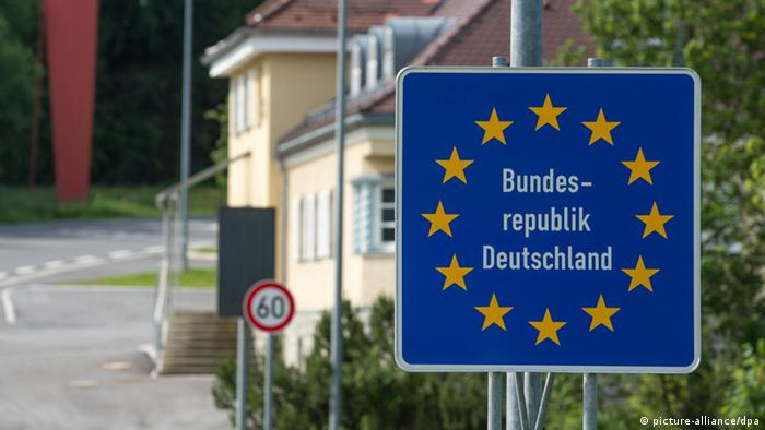 German border sign, blue with stars. Foto: Armin Weigel dpa