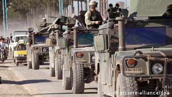 A convoi of US military personnel and armored vehicles