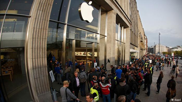 Hamburg/ Technischer Hinweis: Das Foto wurde mit einem Fisheye-Objektiv aufgenommen +++ Kunden und Schaulustige draengen sich am Freitag (21.09.12) in Hamburg vor dem Apple Store am Jungfernstieg waehrend des Verkaufsstarts des iPhone 5. Am fruehen Morgen begann der Verkauf des neuen Apple-Smartphones. (zu dapd-Text) Foto: Philipp Guelland/dapd
