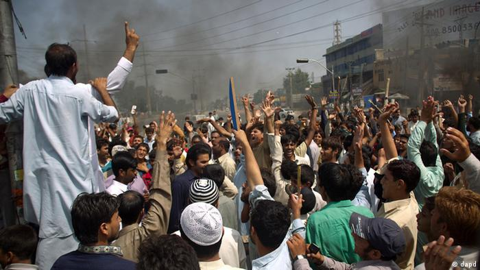 Pakistani protesters shout anti-US slogans at a rally in Rawalpindi, Pakistan on Friday, Sept. 21, 2012 (Photo: AP Photo/B.K. Bangash)