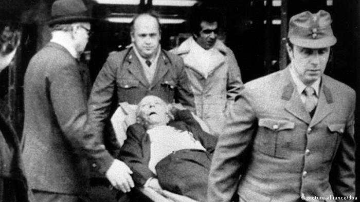 Sanitäter tragen einen Mann aus dem Opec-Gebäude in Wien, der bei dem Terroranschlag am 21.12.1975 verletzt wurde (Archivfoto: dpa)