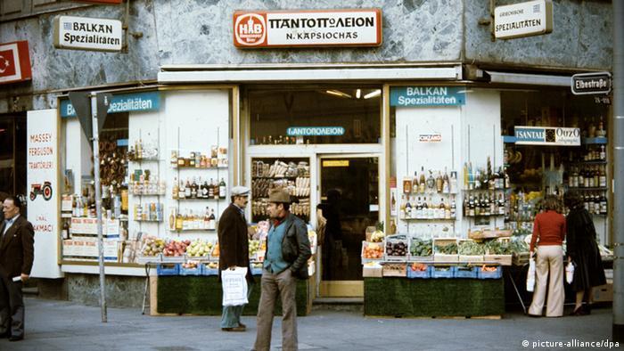 Ein griechisches Lebensmittelgeschäft im Bahnhofsviertel in Frankfurt am Main. (Foto: Roland Witschel/dpa)