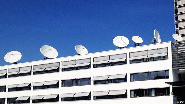 Satellitenschüsseln auf dem Dach von der Deutschen Welle in Bonn. Copyright: DW