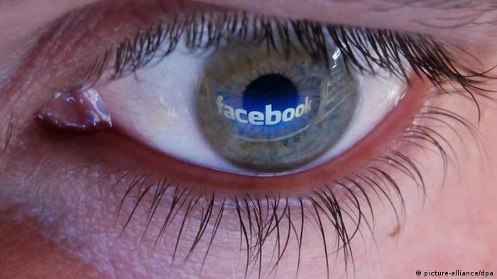 Gesichtserkennung Der Schriftzug Facebook spiegelt sich auf dem Auge eines Mannes