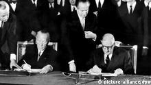 Staatspräsident Charles de Gaulle und Bundeskanzler Konrad Adenauer unterzeichnen den deutsch-französischen Freundschaftsvertrag