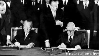 Конрад Аденауэр и Шарль де Голль во время подписания договора