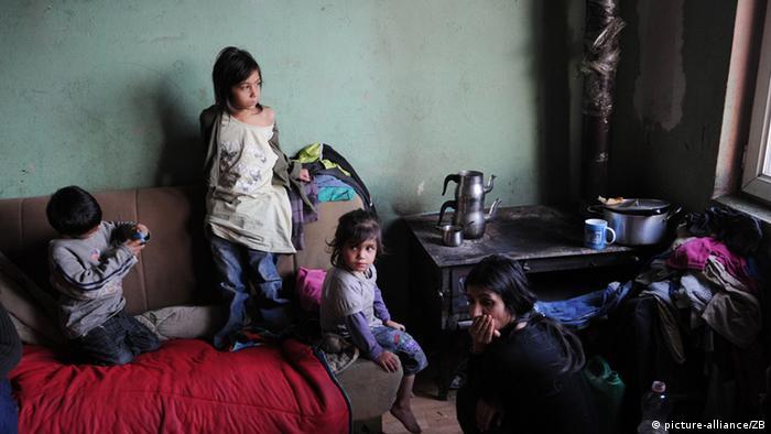 Die 2010 aus Deutschland abgeschobene Familie Kovaqi mit ihren sechs Kindern in ihrer Einraumwohnung in einem von Roma bewohnten Wohngebiet in Plementina bei Pristina im Kosovo, fotografiert am 17.12.2011. (Foto: Jens Kalaene)