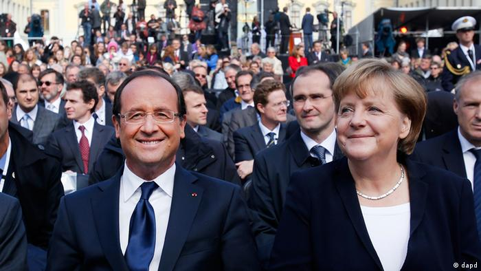 German Chancellor Angela Merkel, right, and French President Francois Hollande sit to gather at the castle in Ludwigsburg, Germany, Saturday, Sept.22, 2012. Merkel and Hollande attend the celebration of the 50th anniversary of former French President Charles de Gaulle's speech to the youth of Germany. (Foto:Michael Probst/AP/dapd)