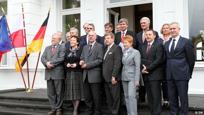 Wspólne zdjęcie przed miejscem obrad w Willi Hammerschmidt