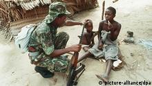 Soldado do exécito nacional num campo de refugiados de guerra em 1988