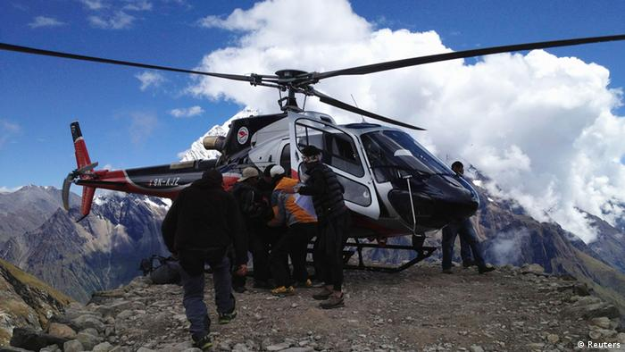 Rescuers evacuate a victim by helicopter at Mount Manaslu's Base Camp. Photo: REUTERS/Simrik Air/Handout