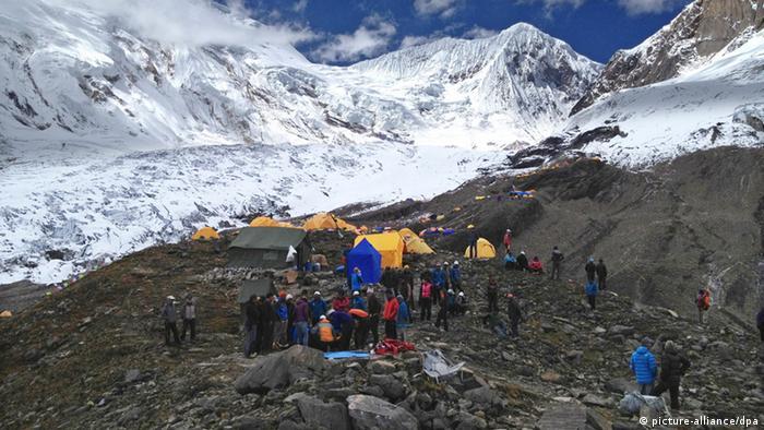 Berg Manaslu in Nepal - mindestens neun Bergsteiger durch eine Lawine umgekommen