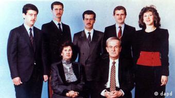 Potret keluarga Assad: Hafez dan isterinya, Anissa Makhloof, didamping lima anaknya: (kiri ke kanan) Maher, Bashar, Bassel, Majd dan Bushra Assad.