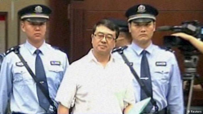 This Sept. 18, 2012 video image taken from CCTV shows Wang Lijun, center, being taken to the trial at the Chengdu Intermediate People's Court in Chengdu, southwest China's Sichuan province. A Chinese court will announce a verdict Monday, Sept. 24, 2012 for the ex-police chief at the center of a seamy political scandal that has buffeted China's leadership. (Foto:CCTV via AP video/AP/dapd) CHINA OUT, TV OUT // Eingestellt von wa