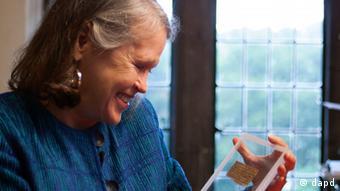 Die Religionshistorikerin Karen L. King schaut stolz auf ihr entdecktes Fragment aus dem 4. Jahrhundert (Foto: AP/dapd)