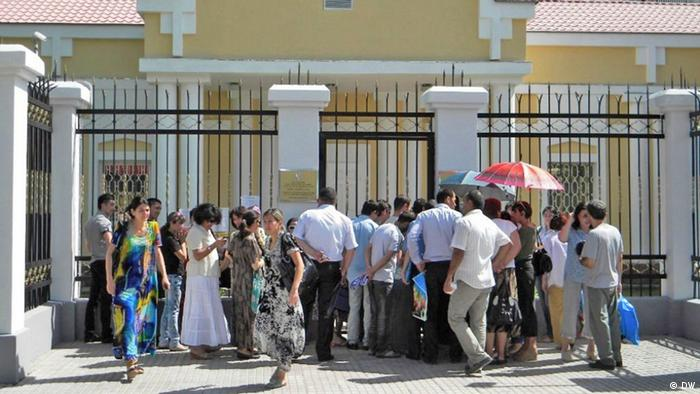 Outside the Russian embassy in Dushanbe: Tajik people who want to work in Russia. (Photo: Galim Faskhutdinov/ DW)