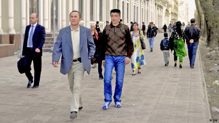Люди на улицах Душанбе
