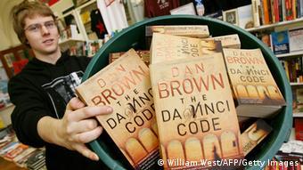 Ein Buchhändler in Melbournezeigt seine Sammlung von Dan Browns Roman The Da Vinci Code - (Foto: AFP)