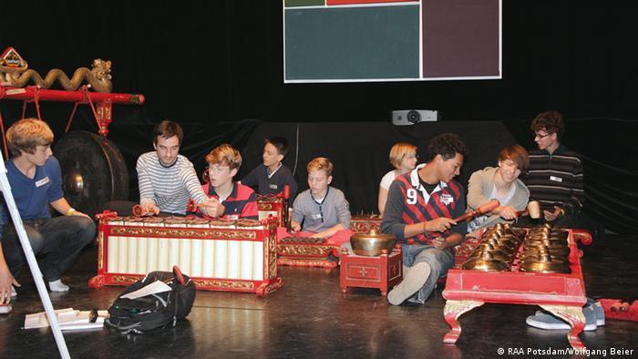Musizierende Schüler auf der Interkulturellen Woche 2012 in Potsdam (Foto: RAA Potsdam/Wolfgang Beier)