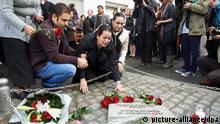 Elif Kubasik (m.) an dem Gedenkstein für ihren Ehemann Mehmet Kubasik, ermordet am 4. April 2006 (Archivbild)