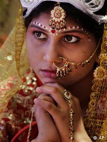 A bride waits to perform rituals during a mass wedding ceremony in Kolkata (Photo:Bikas Das/AP/dapd)