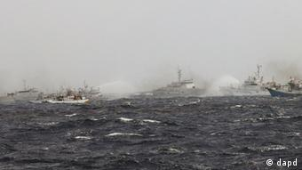 In this photo released by Taiwan's Central News Agency, Japan Coast Guard patrol boats spray their water cannons towards a Taiwan Coast Guard patrol boat and Taiwanese fishing boats near the disputed islands called Senkaku in Japan and Diaoyu in China, in the East China Sea, Tuesday, Sept. 25, Photo: AP Photo/Central News Agency