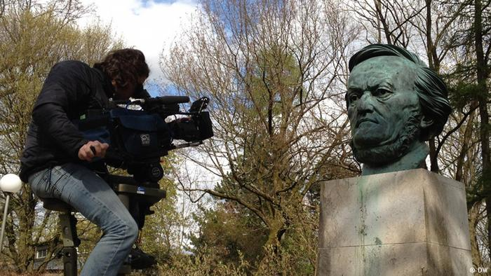 Man filming Wagner bust Copyright: DW
