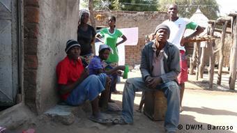 O progresso varia de preço em Chitima. Rogério Simoco (dir.) é um dos habitantes que se queixam das faturas da Electricidade de Moçambique