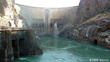 La represa en el río de aguas color turquesa.