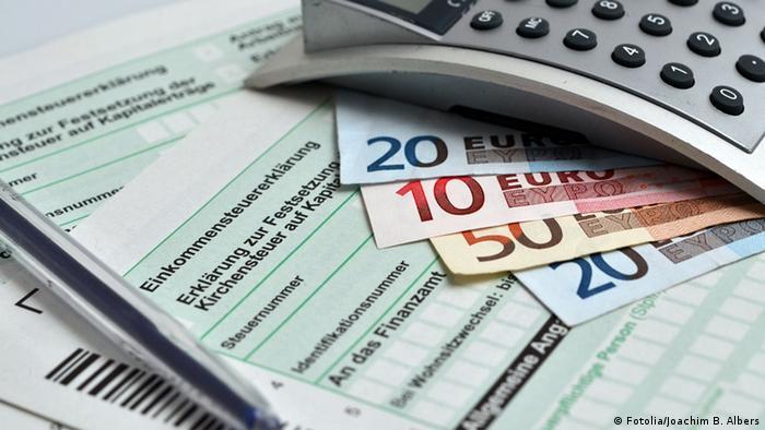 Steuererklärung, Geldscheine und ein Taschenrechner - Foto: Fotolia/Joachim B. Albers