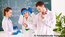 Symbolbild Wissenschaft Forschung Labor Chemie Studenten