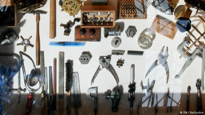 Инструменты авиамехаников в музейной витрине