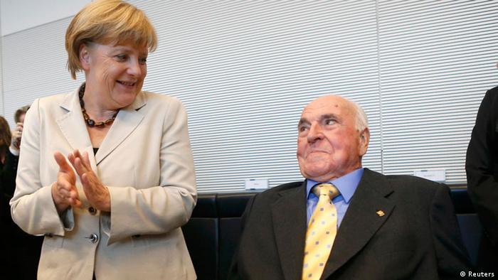 Angela Merkel und Helmuth Kohl auf Unions-Fraktionssitzung (2.09.2012) (Reuters)