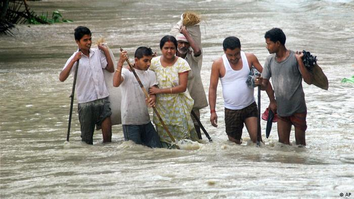 Villagers wade through floodwaters at Nalbari district in the northeastern Indian state of Assam (Photo: AP/ dapd)