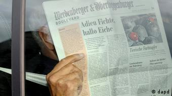 Swiss engineer Friedrich Tinner hides behind a newspaper as he leaves the Swiss Federal Criminal Court in Bellinzona, Switzerland, Tuesday, Sept. 25, 2012. The court has found him and his two sons guilty of helping an international nuclear smuggling ring that supplied material and know-how to rogue states such as Moammar Gadhafi's Libya. (Foto:Keystone, Karl Mathis/AP/dapd)