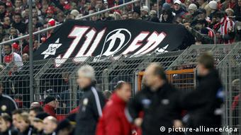 Neo-Nazi soccer supporters in a stadium (Foto: Thomas Eisenhuth DPA/lsn/lbn)