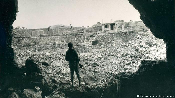 Eroberung von Okinawa, US-Soldat in Naha Zweiter Weltkrieg (picture alliance/akg-images)
