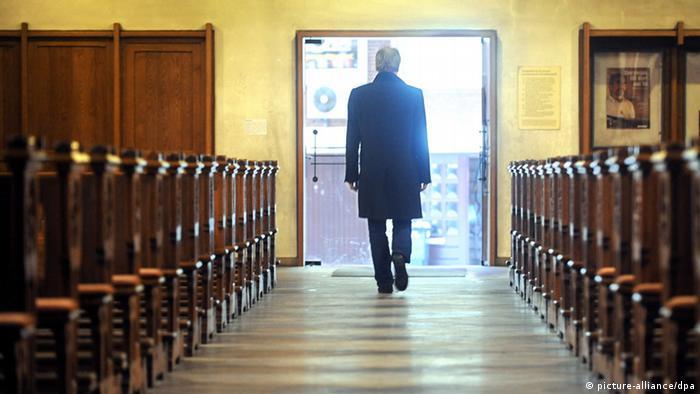 ARCHIV - ILLUSTRATION - Ein Mann verlässt am 22.12.2010 die katholische Kirche St. Johann in Bremen. Das Bundesverwaltungsgericht in Leipzig trifft am 26.09.2012 eine Grundsatzentscheidung zur Kirchensteuer in Deutschland. Es muss entscheiden, ob jemand, der keine Kirchensteuer mehr zahlt, Mitglied der katholischen Kirche bleiben kann - aus Sicht der Kirche ein Ding der Unmöglichkeit. Foto: Ingo Wagner dpa    (c) dpa - Bildfunk