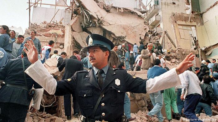 در انفجار تروریستی ۲۷ تیر ۱۳۷۳ ( ۱۸ ژوئیه )۱۹۹۴ در مرکز یهودیان بوئنوسآیرس (آمیا) ۸۵ نفر کشته و بیش از ۲۰۰ نفر نیز زخمی شدند. دولت آرژانتین تاکنون سه بار جمهوری اسلامی ایران را به دست داشتن در این انفجار متهم کرده و مدعی است که دستور و نقشه ضربه در تهران کشیده و مسئولیت اجرای طرح عملیات به ستاد ویژه عملیات حزبالله لبنان که به گروه شبه نظامی حزبالله لبنان وابستهاست، سپرده شد.
