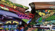 Im Geschäft von NohNee, einem afrikanischen Dirndl-Laden in München, wo handgefertigte Dirndl aus afrikanischen Stoffen verkauft werden. Die typischen Wachsdruck-Stoffe, aus denen die afrikanischen Dirndl genäht werden Copyright: DW/Maja Braun
