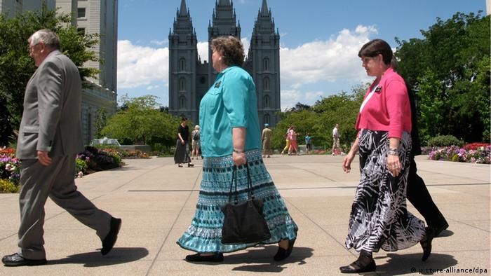 Mormonenfrauen gehen am 17.07.2012 über den Temple Square in Salt Lake City, im Hintergrund der sechstürmige Mormonen-Tempel. Mehr als die Hälfte der Einwohner des US-Staates Utah sind Mormonen. Ebenso der republikanische Präsidentschaftskandidat Mitt Romney, der im Rennen um die US-Präsidentschaft den Staat ins Rampenlicht gerückt hat. Foto: Barbara Munker dpa (Zu dpa-Korr: Kein Kaffee für Gläubige - Mormonen prägen das Leben in Utah vom 12.08.2012)